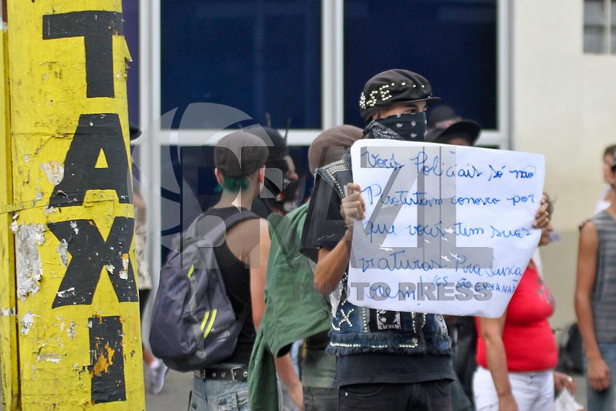 SANTO ANDRÉ,SP,18 JANEIRO 2013 -  PROTESTO CONTRA AUMENTO TARIFA SANTO ANDRE  - Manifestação contra o aumento de passagem realizada na tarde de hoje(18), enfrente a estação Santo André  no ABC. FOTO ALE VIANNA - BRAZIL FOTO PRESS