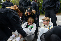 GERMANY, Hamburg city, road blocking for the climate and police actions after Fridays for future rally, activist with headband Make speed at coal exit / DEUTSCHLAND, Hamburg, Sitzblockaden und Polizeieinsatz nach Demo der Fridays-for future Bewegung Alle fürs Klima 20.9.2019