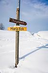 Deutschland, Oberbayern, Chiemgau, zwischen Siegsdorf und Ruhpolding: Winterlandschaft, Wanderwegweiser | Germany, Upper Bavaria, Chiemgau, between Ruhpolding and Siegsdorf: winter scenery, hiking signpost