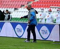 TUNJA - COLOMBIA, 14-11-2020: Alberto Suarez, tecnico de Jaguares de Cordoba F. C., gesticula durante partido de la fecha 20 entre Patriotas Boyaca F. C., y Jaguares de Cordoba F. C., por la Liga BetPlay DIMAYOR 2020, jugado en el estadio La Independencia de la ciudad de Tunja. / Alberto Suarez, coach of Jaguares de Cordoba F. C. gestures during a match of the 20th date between Patriotas Boyaca F. C., and Jaguares de Cordoba F. C., for the BetPlay DIMAYOR League 2020 played at the La Independencia stadium in Tunja city. / Photo: VizzorImage / Macgiver Baron / Cont.