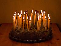 Kinder basteln einen Lichterkranz für die Adventszeit, Adventskranz, Fertiger Lichterkranz mit 24 brennenden Kerzen für den 1. bis 24. Dezember