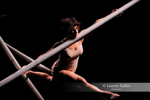 MEM BRAIN STRADA 1....Choregraphie : D URSO Maria Donata..Decor : CASANOVA Frédéric..Lumiere : GAUTIER Maryse..Avec :..DONATA D URSO Maria..Lieu : Centre National de la danse..Cadre : Rencontres choregraphiques internationales de Seine Saint Denis..Ville : Pantin..Le : 11 05 2009..© Laurent PAILLIER / photosdedanse.com