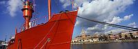 Europe/France/Nord-Pas-de-Calais/59/Nord/ Dunkerque: La ville et le beffroi vus depuis le port - Beffroi classé au Patrimoine mondial UNESCO - au premier plan,  La Sandettie dernier bateau feu français, bateau à flot du Musée Portuaire