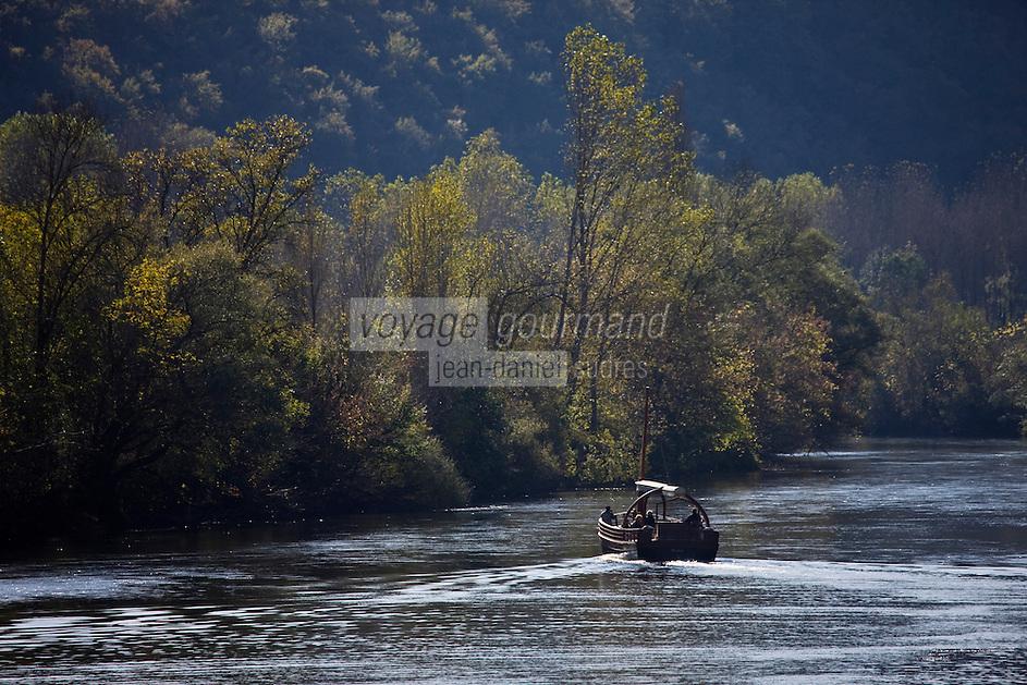 Europe/France/Aquitaine/24/Dordogne/Vallée de la Dordogne/Périgord Noir/La Roque-Gageac: descente de la rivière Dordogne en gabare