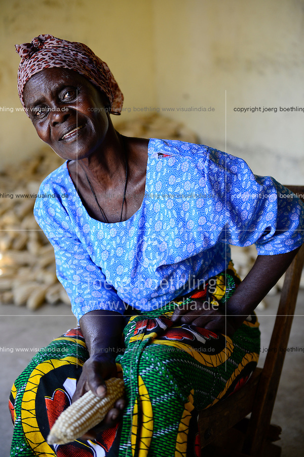 TANZANIA Region Mara, Musoma, village Kiagata, Kuria tribe, project promotion of women with income generation, woman with her maize yield / TANSANIA Region Mara, Musoma, Kuria Ethnie, Projekt Foerderung von Frauen, Dorf Kiagata, Christina Muajuma, 61, mit ihrer Maisernte