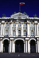 San Pietroburgo museo dell'Hermitage , facciata con bandiera russa