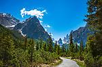 Italien, Suedtirol, bei Sexten, Ortsteil Moos: das malerische Fischleintal im Naturpark Drei Zinnen - ein Nebental des Sextentals - vor den Gipfeln der Sextener Sonnenuhr mit dem Elferkofel und dem Zwoelferkofel, Wanderweg zur Talschlusshuette | Italy, South Tyrol (Trentino - Alto Adige), near Sexten, district Moos: the picturesque Fischleintal (Val Fiscalina) at Drei Zinnen Nature Park (Parco Naturale Tre Cime), side valley of Sexten Valley (Valle di Sesto) - and Sexten Dolomites (Dolomiti di Sesto) La meridiana di Sesto with summit Elferkofel (Cima Undici) and summit Zwoelferkofel (Cima Dodici)