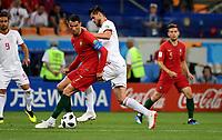 SARANSK - RUSIA, 25-06-2018: Saeid EZATOLAHI (Der) jugador de RI de Irán disputa el balón con Cristiano RONALDO (C) (Izq) jugador de Portugal durante partido de la primera fase, Grupo B, por la Copa Mundial de la FIFA Rusia 2018 jugado en el estadio Mordovia Arena en Saransk, Rusia. / Saeid EZATOLAHI (R) player of IR Iran fights the ball with Cristiano RONALDO (C) (L) player of Portugal during match of the first phase, Group B, for the FIFA World Cup Russia 2018 played at Mordovia Arena stadium in Saransk, Russia. Photo: VizzorImage / Julian Medina / Cont