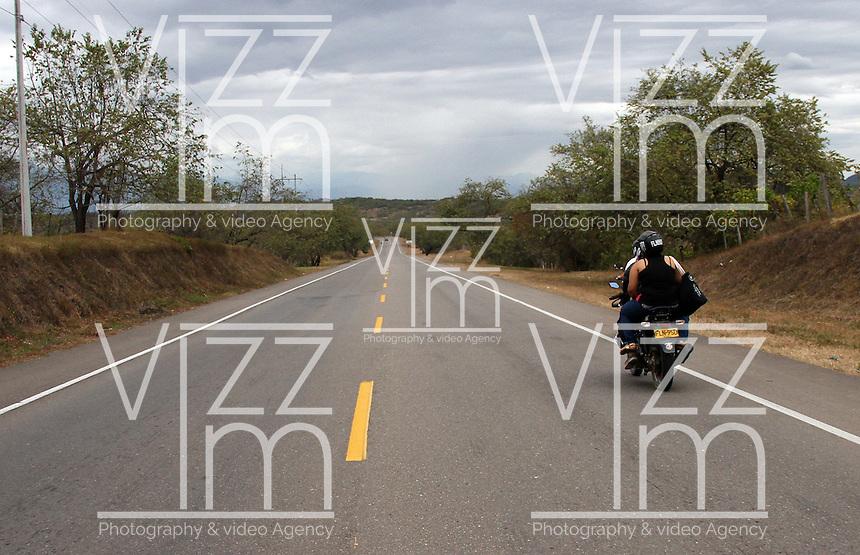 COLOMBIA-HUILA- 8-09-2014. Carreteras ,transporte por carreteras , camiones, tractomulas . roads , trucks .Photo: VizzorImage/ Felipe Caicedo / Staff