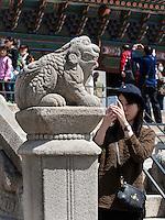 Steinterrasse der Thronhalle Geunjeongmun im Palast  Gyeongbukgung in Seoul, Südkorea, Asien<br /> Stone terrace of throne hall Geunjeongmun  in palace Gyeongbukgung in Seoul, South Korea, Asia
