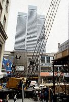 Construction au centre-ville de Montréal dans les années 80.<br /> <br /> Les Terrasses (futur Centre EATON), rue Ste-Catherine, Avril 1987