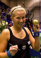 19-12-10, Tennis, Rotterdam, Reaal Tennis Masters 2010,   Michaella Krajicek zet een handtekening op een gouden bal