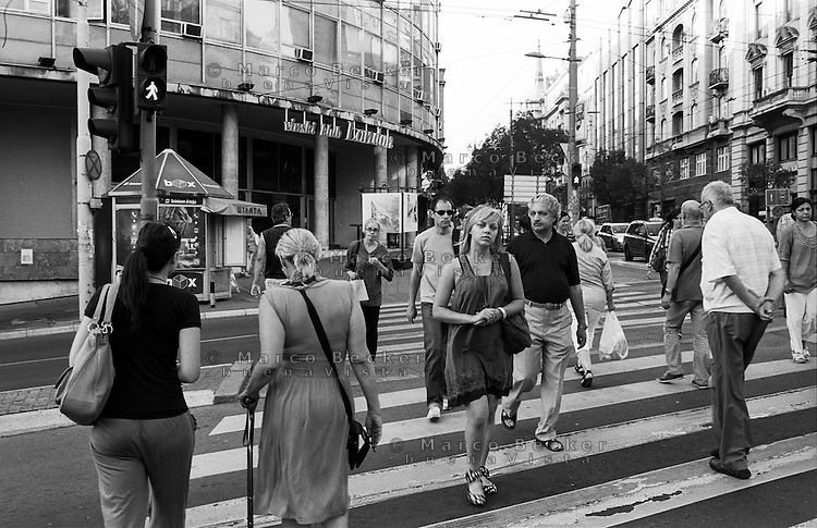 Belgrado, gente su un  attraversamento pedonale in centro città --- Belgrade. People on a crosswalk in downtown