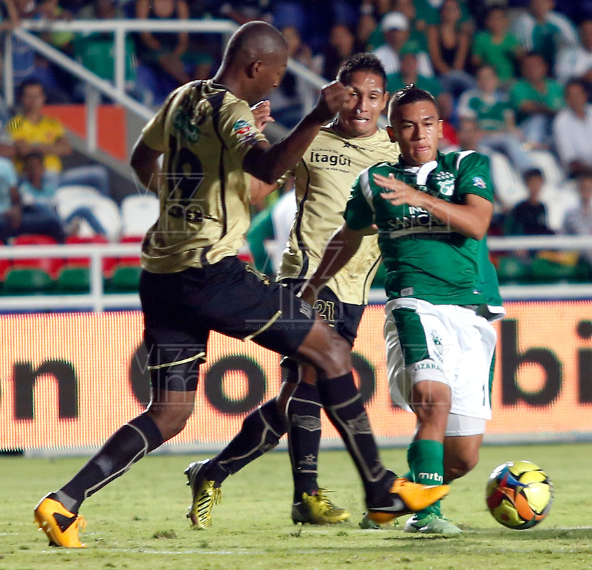 CALI-COLOMBIA- 01 -09-2013. Carlos Lizarazo ( Der) del Deportivo Cali disputa el balon contra Javier Lopez Mosquera (Izq) del Itagui ,accion de juego correspondiente al partido entre el Deportivo Cali  contra el Itagui ,  partido de  la octava  fecha de la  Liga Postob—n segundo semestre disputado en el estadio Pascual Guerrero  / Carlos Lizarazo (R) Deportivo Cali dispute the ball against Javier Lopez  (L) of Itagui, action game for the match between Deportivo Cali against Itagui eighth game of the date of the second half Postob—n League match at the stadium Pascual Guerrero. Photo: VizzorImage / Juan Carlos Quintero  / Stringer