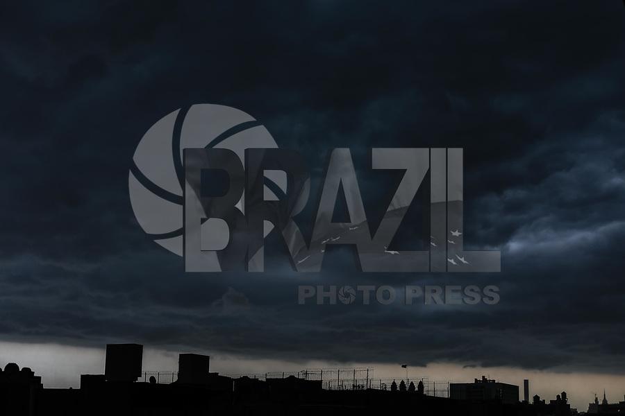 NOVA YORK, EUA, 15.05.2018 - CLIMA-EUA - Nuvens carregadas são vistas sobre a Ilha de Manhattan em Nova York nos Estados Unidos na tarde desta terça-feira, 15. A prefeitura emitiu um alerta de tornado na região. (Foto: William Volcov/Brazil Photo Press)