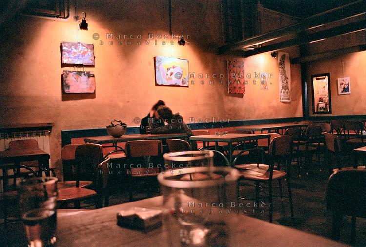 Milano, circolo culturale SUD. Un ragazzo e una ragazza si baciano nel locale vuoto --- Milan, cultural club SUD. A girl and a boy kissing in the empty pub