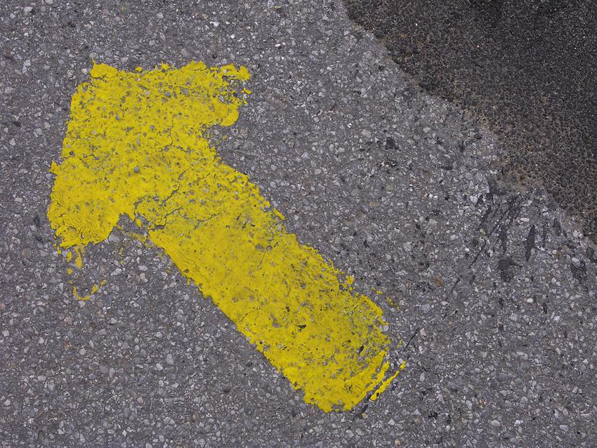 Europa, DEU, Deutschland, Symbolik, Fahrbahnmarkierung, Pfeil, Verkehr, Strassenverkehr, Strasse, Verkehrsregelung, Regelung, Regeln, Gebote, Verkehrsgebote, Symbole, Symbolik, Symbolssprache, Symbolfoto, Symbolfotografie, Symbolbild, Zeichen, Symbolzeichen       <br /> [Fuer die Nutzung gelten die jeweils gueltigen Allgemeinen Liefer-und Geschaeftsbedingungen. Nutzung nur gegen Verwendungsmeldung und Nachweis. Download der AGB unter http://www.image-box.com oder werden auf Anfrage zugesendet. Freigabe ist vorher erforderlich. Jede Nutzung des Fotos ist honorarpflichtig gemaess derzeit gueltiger MFM Liste - Kontakt, Uwe Schmid-Fotografie, Duisburg, Tel. (+49).2065.677997, fotofinder@image-box.com, www.image-box.com]