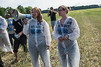 """Klimacamp """"Ende Gelaende"""" bei Proschim in der brandenburgischen Lausitz.<br /> Mehrere tausend Klimaaktivisten  aus Europa wollen zwischen dem 13. Mai und dem 16. Mai 2016 mit Aktionen den Braunkohletagebau blockieren um gegen die Nutzung fossiler Energie zu protestieren.<br /> Im Bild: Aktivisten fuehren Medienvertretern verschiedene Aktionsformen vor, mit denen sie versuchen wollen den Braunkohletagebau zu blockieren.<br /> 13.5.2016, Proschim/Brandenburg<br /> Copyright: Christian-Ditsch.de<br /> [Inhaltsveraendernde Manipulation des Fotos nur nach ausdruecklicher Genehmigung des Fotografen. Vereinbarungen ueber Abtretung von Persoenlichkeitsrechten/Model Release der abgebildeten Person/Personen liegen nicht vor. NO MODEL RELEASE! Nur fuer Redaktionelle Zwecke. Don't publish without copyright Christian-Ditsch.de, Veroeffentlichung nur mit Fotografennennung, sowie gegen Honorar, MwSt. und Beleg. Konto: I N G - D i B a, IBAN DE58500105175400192269, BIC INGDDEFFXXX, Kontakt: post@christian-ditsch.de<br /> Bei der Bearbeitung der Dateiinformationen darf die Urheberkennzeichnung in den EXIF- und  IPTC-Daten nicht entfernt werden, diese sind in digitalen Medien nach §95c UrhG rechtlich geschuetzt. Der Urhebervermerk wird gemaess §13 UrhG verlangt.]"""