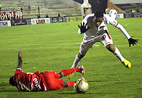 TUNJA -COLOMBIA, 11-04-2015: Carlos Rivas (Izq) jugador de  Patriotas FC disputa el balón con Raul Murillo (Der) jugador de Uniautonoma durante partido por la fecha 15 de La Liga Aguila I 2015 jugado en el estadio La Independencia de la ciudad de Tunja. / Carlos Rivas (L) player of Patriotas FC vies for the ball with Raul Murillo (R) player of Uniautonoma during the match for the 15th date of La Liga Aguila I 2015 played at La Independence stadium in Tunja. Photo: VizzorImage / Cesar Melgarejo  / Cont
