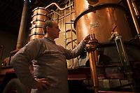 Europe/France/Midi-Pyrénées/32/Gers/Eauze: Le distillateur Jean Lenos Da Costa surveille la distillation au Domaine du Tariquet<br /> Auto N°: 2010-101