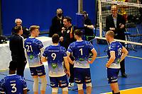 24-04-2021: Volleybal: Amysoft Lycurgus v Draisma Dynamo: Groningen Lycurgus in discussie met de arbiter