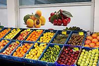 Nederland  Amsterdam   08- 01- 2021.    Vers fruit in kratten uitgestald. Foto : ANP/ HH / Berlinda van Dam