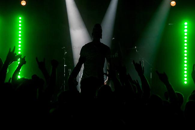 """Die schwedische Melodic Metal-Band """"Dead by April"""" spielte am Dienstag den 5. September 2017 im Berliner Club SO36.<br /> Im Bild: Der Frontmann und Growl-Saenger Jimmie Strimell.<br /> 5.9.2017, Berlin<br /> Copyright: Christian-Ditsch.de<br /> [Inhaltsveraendernde Manipulation des Fotos nur nach ausdruecklicher Genehmigung des Fotografen. Vereinbarungen ueber Abtretung von Persoenlichkeitsrechten/Model Release der abgebildeten Person/Personen liegen nicht vor. NO MODEL RELEASE! Nur fuer Redaktionelle Zwecke. Don't publish without copyright Christian-Ditsch.de, Veroeffentlichung nur mit Fotografennennung, sowie gegen Honorar, MwSt. und Beleg. Konto: I N G - D i B a, IBAN DE58500105175400192269, BIC INGDDEFFXXX, Kontakt: post@christian-ditsch.de<br /> Bei der Bearbeitung der Dateiinformationen darf die Urheberkennzeichnung in den EXIF- und  IPTC-Daten nicht entfernt werden, diese sind in digitalen Medien nach §95c UrhG rechtlich geschuetzt. Der Urhebervermerk wird gemaess §13 UrhG verlangt.]"""