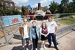 Foto: VidiPhoto<br /> <br /> ARNHEM – Personeel van een aannemingsbedrijf werkt dinsdag aan de demontage van het zogenoemde Feestaardvarken in de binnenstad van Arnhem. Het staartstuk is inmiddels verwijderd. Tot groot verdriet van de buurt. Een poging om het kunstwerk voor de binnenstad te behouden via een handtekeningenactie had geen succes. Eind deze week verhuist het Feestaardvarken van het Bartokpark in het centrum van Arnhem naar een onderhoudslocatie in Burgers' Zoo. Het reusachtige kunstwerk werd ter gelegenheid van het honderdjarige jubileum van het Arnhemse dierenpark in 2013 geplaatst. Groot onderhoud van het kunstwerk is inmiddels noodzakelijk vanwege slijtage, schade en reparaties in de afgelopen jaren. In overleg met kunstenaar Florentijn Hofman en gemeente Arnhem gaat Burgers' Zoo op zoek naar een nieuwe geschikte locatie.