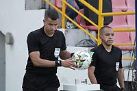 IBAGUÉ- COLOMBIA, 28-02-2021.Jhon Ospina Londoño referee central durante el encuentro entre Deportes Tolima  y Águilas Doradas en partido por la fecha 10 como parte de la Liga BetPlay DIMAYOR 2021 jugado en el estadio Manuel Murillo Toro  de la ciudad de Ibagué /Central referee Jhon Ospina Londoño during match between Deportes Tolima  and Aguilas Doradas in match for the date 10 as part of the BetPlay DIMAYOR League I 2021 played at  Manuel Murillo Toro stadium in Ibague city.Photo: VizzorImage / Juan Torres  / Contribuidor