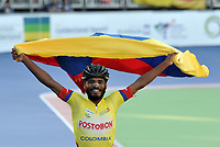 HEERDE - NETHERLANDS: 01-07-2018: Alex Cujavante, patinador de Colombia, celebra la victoria con la bandera de su pais, durante la prueba de los 15000 metros Elimininación, Mayores Varones en el Campeonato Mundial de Patinaje de Carreras en el patinodromo Skeelereclub Oost Velluwe en la ciudad de Heerde en Holanda. / Alex Cujavante, skater of Colombia, celebrates the victory with the flag of his country, during the 15000 meters Elimination race in the World Skating Championship, at the skating rink Skeelereclub Oost Velluwe in the city of Heerde in Netherlans. / Photo: VizzorImage / Luis Ramirez / Staff.