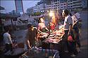 2006- Chine- Sur la route de Xingping,commerçante.