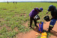 MOZAMBIQUE, Gondolo, BAGC Beira agricultural growth corridor, farm worker spray pesticides in farm / MOSAMBIK, Gondolo, BAGC Beira agricultural growth corridor, Landarbeiter verspruehen Pestizide auf einem Feld
