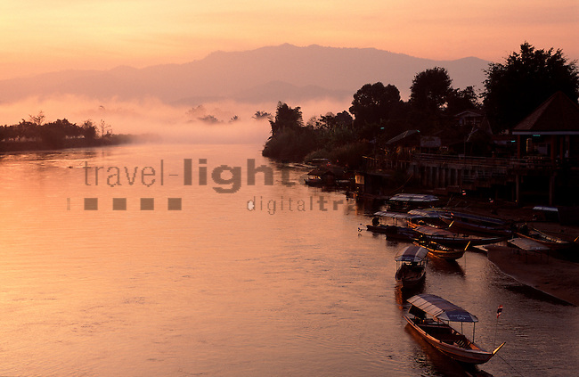 www.travel-lightart.com, ©Paul J. Trummer, Asia, continent, continents, Countries, Country, Geography, Mae Kok River, Mae Nam Kok, Tha Ton, Thailand, Thaton, Asien, Erdteil, Erdteile, Geografie, Kontinent, Kontinente, Länder, Mae Kok Fluss, Siam, Staat, Staaten, bodies of water, body of water, landscape form, landscape forms, landscapes, river water, celestial bodies, celestial body, celestial bodys, silhouette, sun, sunrise, Gestirn, Gestirne, Himmelskoerper, Himmelskörper, Morgensonne, Sonnen, Sonnenaufgang, Sonnenaufgänge, Sonnenschein, cloud, clouds, elements, fog, Landscape, morning fog, nature, skies, sky, Dunst, Frühnebel, Himmel, Landschaft, Morgennebel, Natur, Naturelemente, Wolke, Wolken, cielo, cielos, elementos terrestres, niebla, niebla matinal, niebla matutina, nube, nubes, boat, boats, long boat, longboat, longtail boat, longtail boats, objects, ship, shipping, ships, things, transportation, transportations, vehicle, vehicles, Boot, Boote, Dinge, Fahrzeug, Fahrzeuge, Gegenstand, Gegenstände, KFZ, Langboot, Langboote, Longtail Boot, Longtail Boote, Longtail-Boot, Longtail-Boote, Longtailboot, Longtailboote, Sachen, Schiff, Schiffahrt, Schiffe, Transport, Transportformen, Transportmittel, Verkehrsformen, Verkehrsmittel, Wasserfahrzeuge, fisher boat, fisher boats, fishing boat, fishing boats, colors, colours, orange, rosa, rosarot, H2O, surface of water, Wasser, Wasserfläche, Wasserflächen, Wasseroberfläche, Wasseroberflächen, Wasseroberflaeche, Gewässer, agua, agua corriente, aguas estancadas
