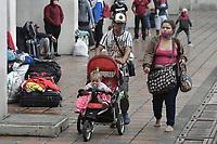 CALI - COLOMBIA, 14-04-2020: Una pareja con su hijo de esperan el llamado durante la jornada de repatriación de 215 venezolanos hacía su país desde Cali en el día 22 de la cuarentena total en el territorio colombiano causada por la pandemia  del Coronavirus, COVID-19. / A parents with her son wait for the call during the repatriation journey of 215 Venezuelans to their country from Cali during the day 22 of total quarantine in Colombian territory caused by the Coronavirus pandemic, COVID-19. Photo: VizzorImage / Gabriel Aponte / Staff