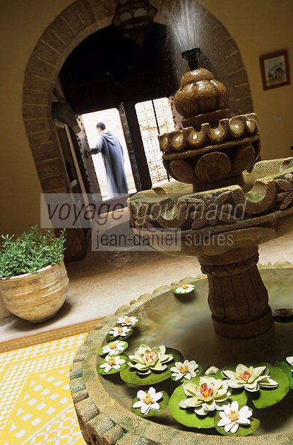 """Afrique/Maghreb/Maroc/Essaouira : Riad """"Les Terrasses de Mogador"""", fontaine du patio et porche"""