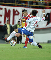 BOGOTA- COLOMBIA – 11-02-2014: Yulian Anchico (Izq.) jugador del Independiente Santa Fe de Colombia, disputa el balón con David Mendoza (Der.) jugador del Nacional de Paraguay, durante partido entre Independiente Santa Fe y Nacional de la segunda fase, grupo 4, de la Copa Bridgestone Libertadores en el estadio Nemesio Camacho El Campin, de la ciudad de Bogota. / Yulian Anchico (L) player of Independiente Santa Fe of Colombia, vies for the ball with David Mendoza (R) player of Nacional of Paraguay, during a match between Independiente Santa Fe and Nacional for the second phase, group 4, of the Copa Bridgestone Libertadores in the Nemesio Camacho El Campin in Bogota city. Photo: VizzorImage / Luis Ramirez / Staff.