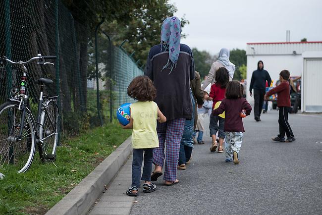 Wilkommensfest fuer Fluechtlinge im saechsichen Heidenau.<br /> Nachdem Polizei und politisch Verantwortliche vergeblich versucht hatten ein Wilkommensfest fuer Fluechtlinge mit dem Argument des Polizeilichen Notstands zu verbieten feierten hunderte Menschen zusammen. Fuer die Fluechtlinge waren Kleidungs- und Sachspenden nach Heidenau gebracht worden, die in Berlin, Dresden und anderswo gesammelt wurden.<br /> Zahlreiche Polizeikraefte waren zum Schutz des Festes im Einsatz.<br /> Im Bild: Gefluechtete haben Dinge des taeglichen Bedarf und Kleidung gespendet bekommen und gehen zur Unterkunft.<br /> 28.8.2015, Heidenau<br /> Copyright: Christian-Ditsch.de<br /> [Inhaltsveraendernde Manipulation des Fotos nur nach ausdruecklicher Genehmigung des Fotografen. Vereinbarungen ueber Abtretung von Persoenlichkeitsrechten/Model Release der abgebildeten Person/Personen liegen nicht vor. NO MODEL RELEASE! Nur fuer Redaktionelle Zwecke. Don't publish without copyright Christian-Ditsch.de, Veroeffentlichung nur mit Fotografennennung, sowie gegen Honorar, MwSt. und Beleg. Konto: I N G - D i B a, IBAN DE58500105175400192269, BIC INGDDEFFXXX, Kontakt: post@christian-ditsch.de<br /> Bei der Bearbeitung der Dateiinformationen darf die Urheberkennzeichnung in den EXIF- und  IPTC-Daten nicht entfernt werden, diese sind in digitalen Medien nach §95c UrhG rechtlich geschuetzt. Der Urhebervermerk wird gemaess §13 UrhG verlangt.]