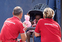 Operatori della Croce Rossa giocano con una bambina nella tendopoli allestita presso la stazione Tiburtina a Roma, 16 giugno 2015.<br />