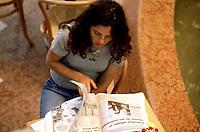 Buenos Aires / Argentinien<br /> Eine junge Frau liesst die Wirtschaftsseiten einer argentinischen Tageszeitung im Einkaufszentrum Pacifico.<br /> Buenos Aires / Argentina<br /> A young woman is reading the econoysites in an argentinian newspaper at the Shoppingmall Pacifico.<br /> 22.10.2000<br /> Copyright: Christian-Ditsch.de<br /> [Inhaltsveraendernde Manipulation des Fotos nur nach ausdruecklicher Genehmigung des Fotografen. Vereinbarungen ueber Abtretung von Persoenlichkeitsrechten/Model Release der abgebildeten Person/Personen liegen nicht vor. NO MODEL RELEASE! Nur fuer Redaktionelle Zwecke. Don't publish without copyright Christian-Ditsch.de, Veroeffentlichung nur mit Fotografennennung, sowie gegen Honorar, MwSt. und Beleg. Konto: I N G - D i B a, IBAN DE58500105175400192269, BIC INGDDEFFXXX, Kontakt: post@christian-ditsch.de<br /> Urhebervermerk wird gemaess Paragraph 13 UHG verlangt.]