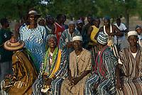 Burkina Faso Dorf Sesuala bei Pó , Ethnie Kassena , Dorfaelteste und tanzende Dorfbewohner / Burkina Faso , village Sesuala near Pó , ethnic Kassena , village leader and dancing villagers