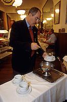 "Europe/Italie/Emilie-Romagne/Bologne : Restaurant ""Diana"" via Independenza - Le service des pates tortellinis"