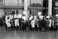 Sujet : Grèvistes<br /> Date : novembre 1968<br /> Photographe : Photo Moderne<br /> Collection: Jocelyn Paquet<br /> Numéro: 12435<br /> Historique de diffusion:Fonctionnaires  en greve a Quebec, novembre 1968.<br /> <br /> Photographe : Photo Moderne