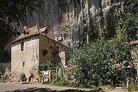 Europe/France/Midi-Pyrénées/46/Lot/Env de Cabrerets/ Liauzu: Musée de l'insolite de Bertrand Chenu - Habitat semi-troglodytique dans la Vallée du Célé