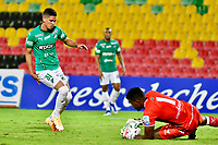 BUCARAMANGA - COLOMBIA, 25–03-2021: Juan Camilo Chaverra de Atletico Bucaramanga y Daniel Luna de Deportivo Cali disputan el balon durante partido entre Atletico Bucaramanga y Deportivo Cali de la fecha 14 por la Liga BetPlay DIMAYOR I 2021, jugado en el estadio Alfonso Lopez de la ciudad de Bucaramanga. / Juan Camilo Chaverra of Atletico Bucaramanga and Daniel Luna of Deportivo Cali vie for the ball during a match between Atletico Bucaramanga and Deportivo Cali of the 14th date for the BetPlay DIMAYOR I 2021 League at the Alfonso Lopez stadium in Bucaramanga city. / Photo: VizzorImage / Miguel Vergel / Cont.