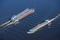 Binnenschiffe auf der Elbe: EUROPA, DEUTSCHLAND, HAMBURG, (EUROPE, GERMANY), 08.03.2014: Binnenschiffe auf der Elbe im Packet mit Gegenverkehr
