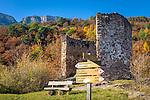 Italy, Alto Adige - Trentino (South Tyrol), Community Appiano sulla Strada del Vino: hiking signpost at the Castle Hiking Trail near Appiano Castle | Italien, Suedtirol, bei Bozen, Gemeinde Eppan: Wegweiser auf dem Eppaner Burgenwanderweg beim Schloss Hocheppan