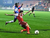 KV Kortrijk - Racing Genk : Pablo Chavarria scoort de 1-2 aansluitingstreffer voor kortrijk voor de aanstormende Derrick Tshimanga.foto VDB / BART VANDENBROUCKE