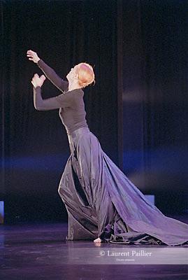 WRITINGS ON WATER<br /> <br /> Chorégraphie : Carolyn Carlson<br /> Interprétation : Carolyn Carlson<br /> Scénographie : Michel Crivelli<br /> Musique originale : Gavin Bryars<br /> Conception vidéo : Peter Knapp<br /> Lumières : Mikki Kunttu, Patrice Besombes<br /> Costumes : Alberta Ferretti<br /> Date : 09/11/2002<br /> Lieu : Théâtre de la Ville<br /> Ville : Paris<br /> <br /> Production : Biennale de Venise, Fondation Teatro La Fenice, Atelier de Paris-Carolyn Carlson