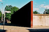BERLINO / GERMANIA - 2004.BERNAUER STRASSE. MONUMENTO A RICORDO DELLA CITTA' DIVISA DAL MURO..FOTO LIVIO SENIGALLIESI..BERLIN / GERMANY - 2004.BERNAUER STRASSE. MONUMENT IN MEMORY OF THE DIVIDED CITY..PHOTO BY LIVIO SENIGALLIESI