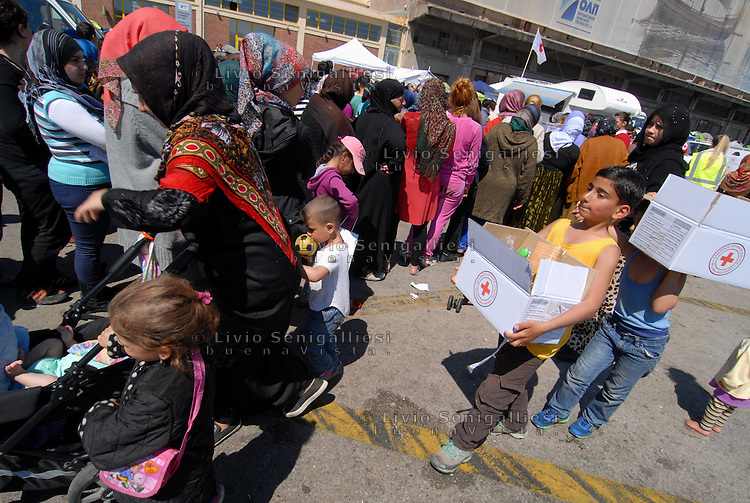 Pireus / Athens 31/3/2016<br /> Distribution of food organized by volunteers in refugee camp 2 in Pireus port.<br /> Photo Livio Senigalliesi